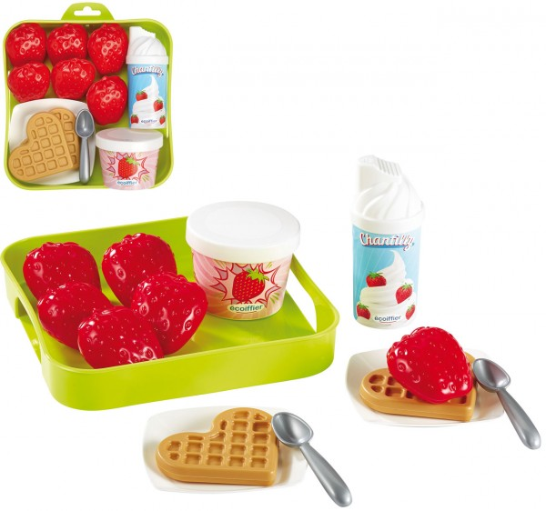 Leckeres Dessert für Kinderspielküche mit Erdbeeren