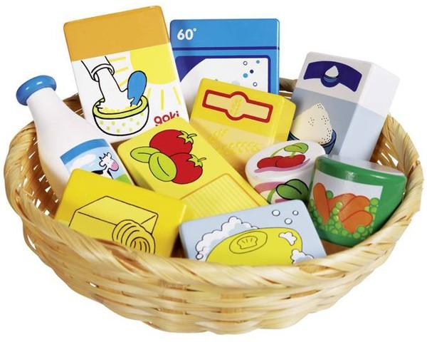 Korb mit Spiel-Lebensmitteln und Haushaltswaren aus Holz