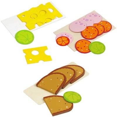 Brotscheiben mit Wurst und Käse aus Holz